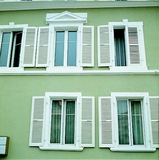 Casa cu ferestre cu profile si obloane VEKA